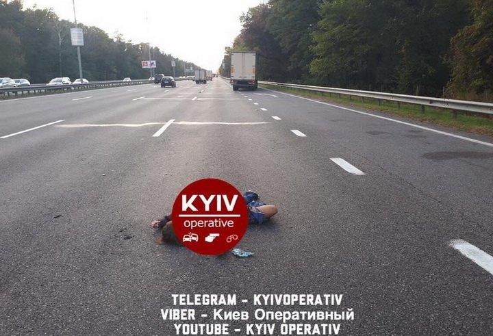 Моторошна смерть устолиці: жінка кинулась під колеса вантажівки