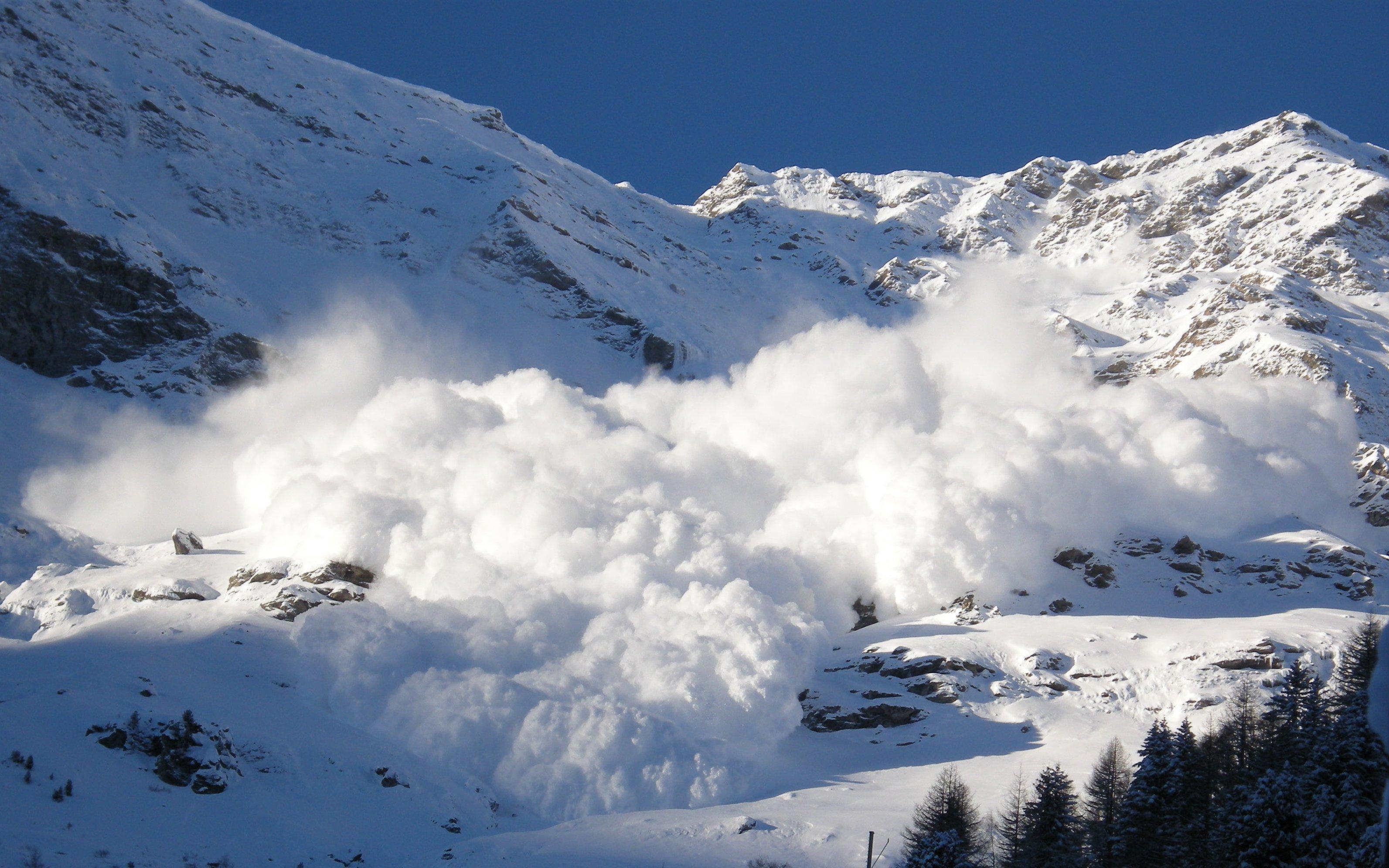 На горі Брецкул зійшла снігова лавина
