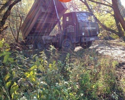 Будівельні відходи і безлад: парк у Києві перетворився на звалище (фото)
