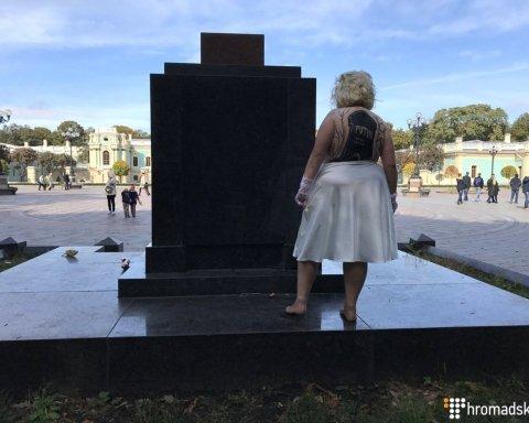 Як активістка Femen в образі Мерилін Монро Путіна з днем народження вітала (фото)