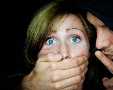 На Закарпатті п'ятеро чоловіків зґвалтували неповнолітню