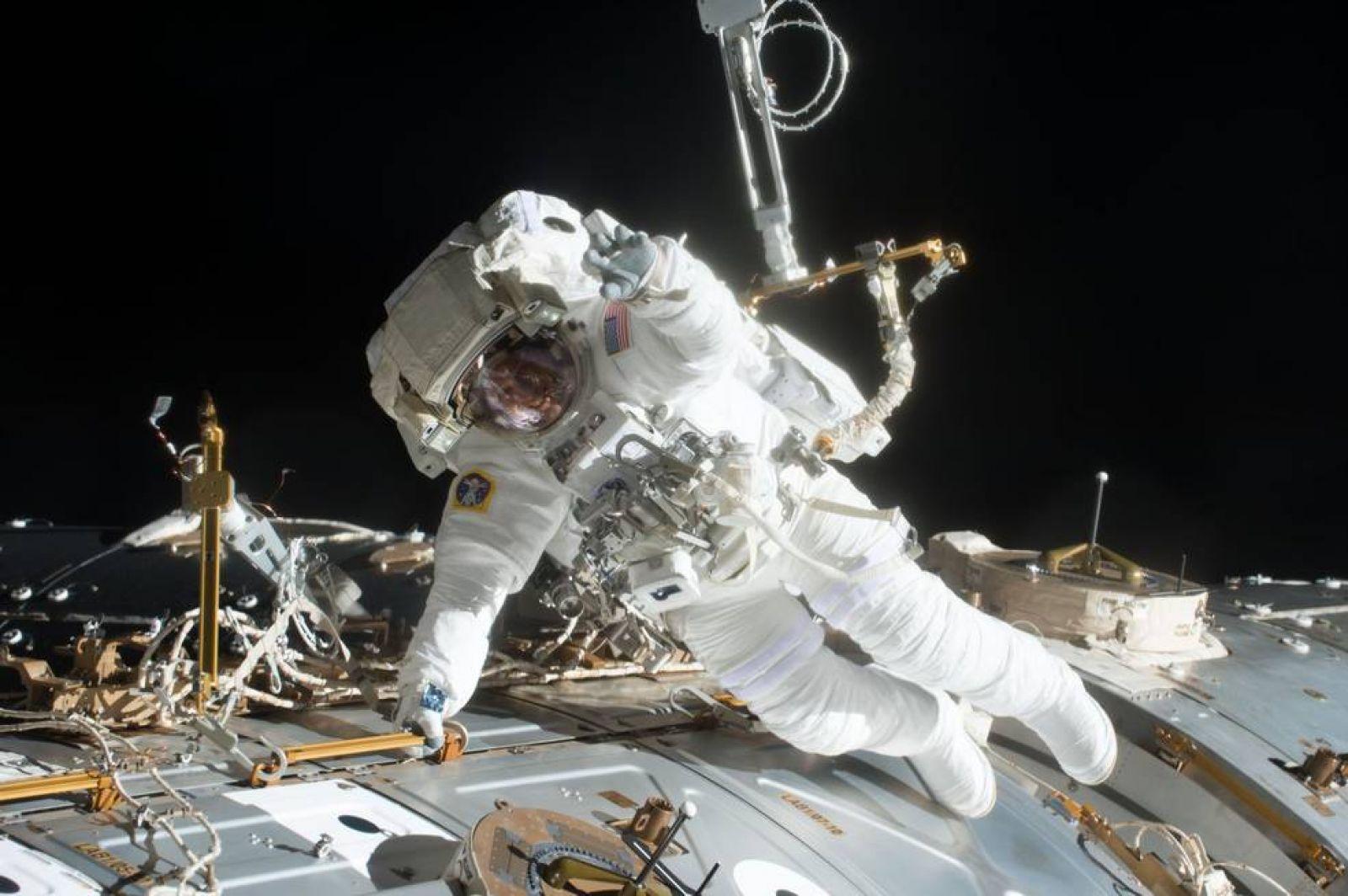 Астронавты NASA делают выход запределы МКС