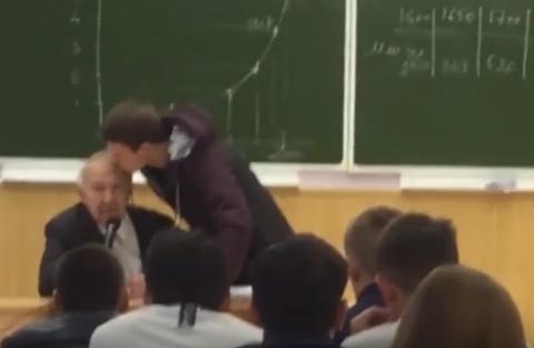 """Студент  """"на спір"""" поцілував професора під час лекції (відео)"""