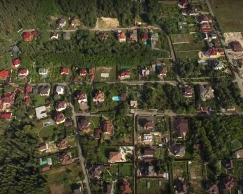 Розкішні будинки і дорогі авто: елітне село прокурорів і чиновників показали у мережі
