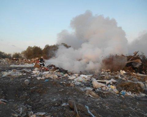 Семь часов тушили масштабный пожар под Киевом