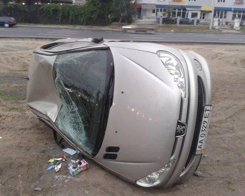 ДТП у Києві: фура перекинула машину з дитиною (фото)