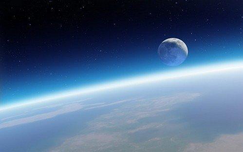 Пришельцы неоставляют впокое Луну: черный НЛО ползает поповерхности спутника