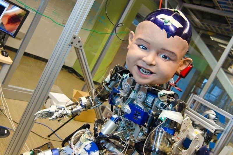 Жуткий робо-ребенок объяснил, почему улыбаются дети (фото)