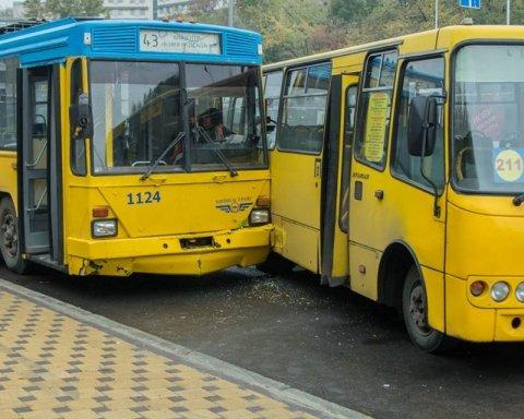 Масштабна ДТП у Києві: маршрутка врізалась у троллейбус, є постраждалі