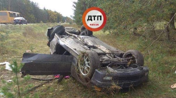 ДТП під Києвом: потрощене авто лежить у к'юветі (фото)
