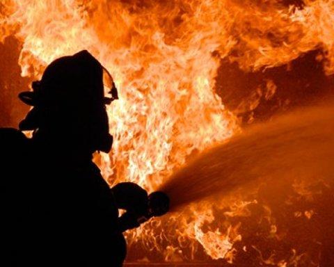 Продуктовий магазин загорівся у Києві (фото)