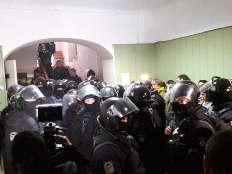 У мережі з'явилося відео штурму поліцією суду у Києві
