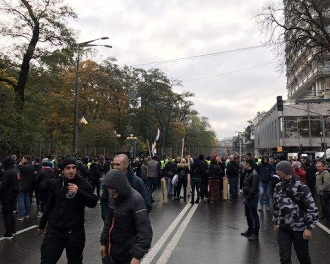 Як мітингувальники атакували нардепів під Радою