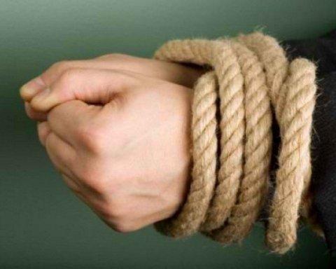 Семеро чоловіків викрали дитину, вивезли у лісопосадку та оголену відпустили додому на Прикарпатті