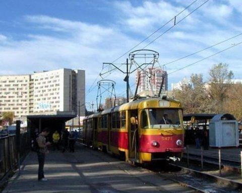 Уламок пробив підлогу та зламав жінці ногу: в Києві на ходу відвалилася деталь у трамвая