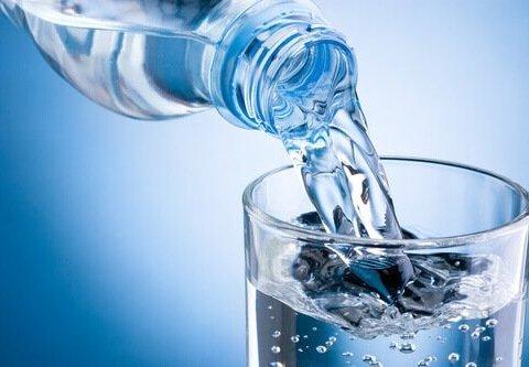 Чому корисно ставити склянку води на ніч коло ліжка
