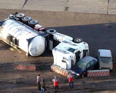 Чудом избежали трагедии: в Авдеевке перевернулся и едва не взорвался бензовоз (фото)