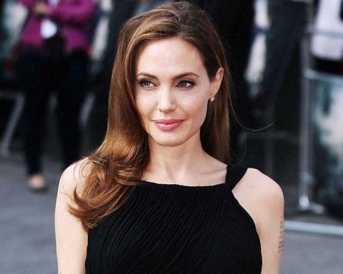 Анджеліну Джолі забрали в психіатричну клініку