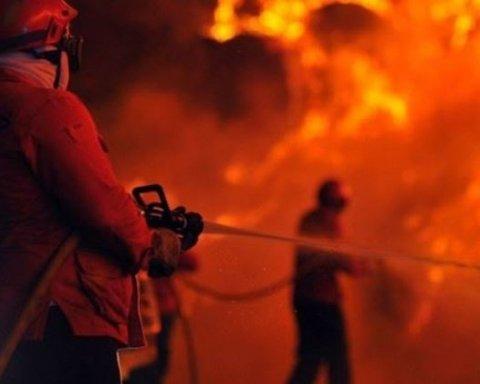 В Киеве посреди ночи загорелся ресторан: кадры с места происшествия