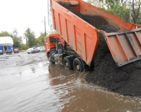 После дождя и в ямах с водой: украинцев поразил ремонт дорог (видео)