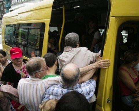 Важкі переломи і пробита легеня: у Києві жінку затиснула маршрутка