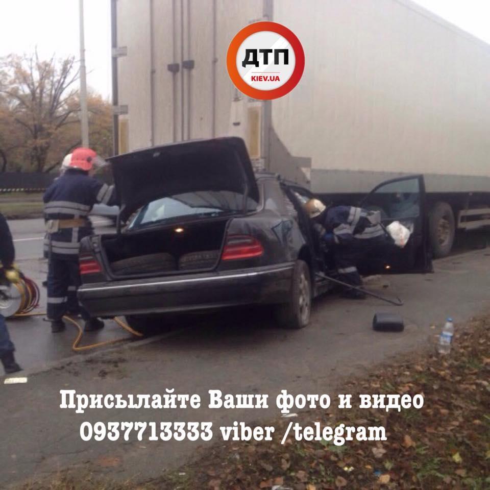 Mercedes влетел в фургон, умер шофёр 4— Столичное ДТП