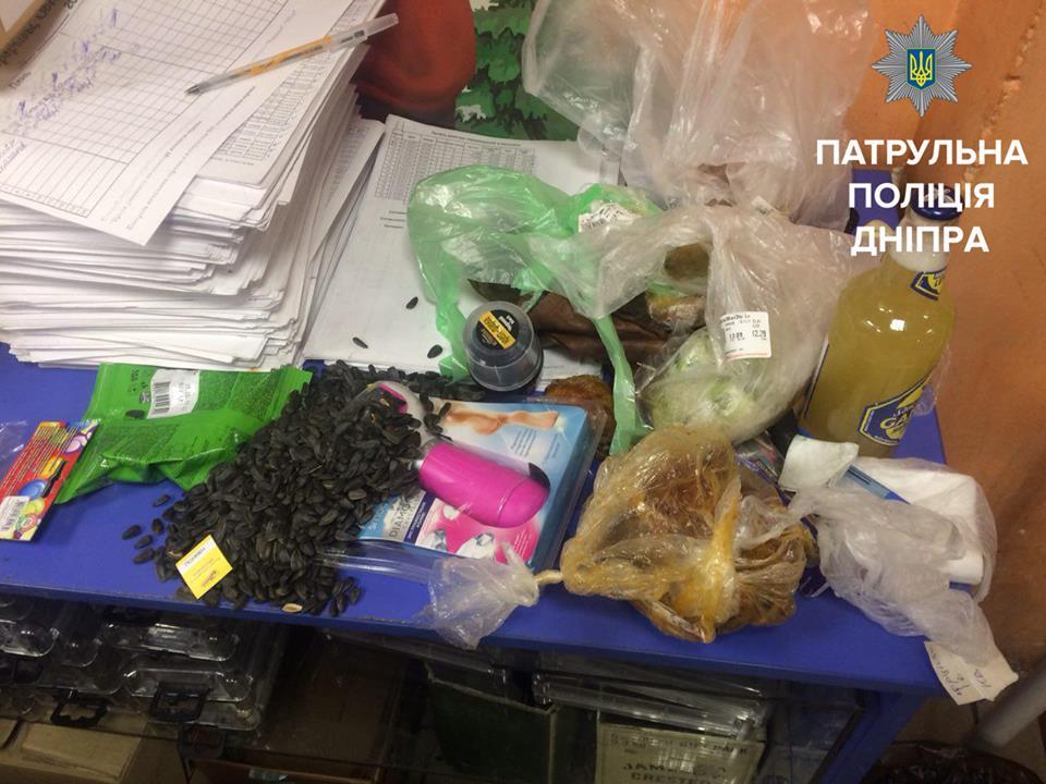 Українці вражені: чоловік понадкушував продукти і поклав їх назад на полиці