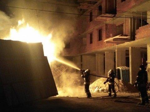 Неизвестные разбили и сожгли стройплощадку в Киеве