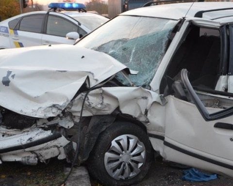 Авто на мотлох: у Миколаєві лоб в лоб зіткнулися дві іномарки (фото)