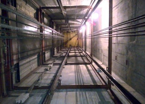 Дивом врятувалися: у Києві ліфт з жінкою та дитиною обірвався з 16-го поверху