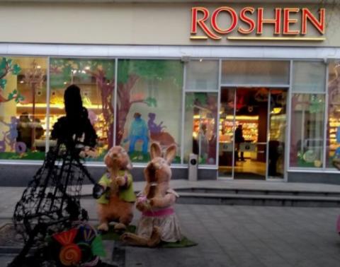 Неизвестные жгли фигуры возле магазина Roshen во Львове