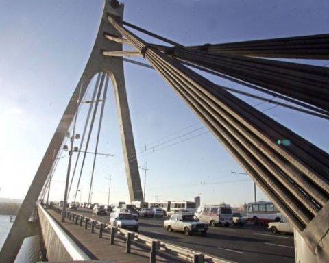 Рятувальники зняли з мосту у Києві двох неповнолітніх