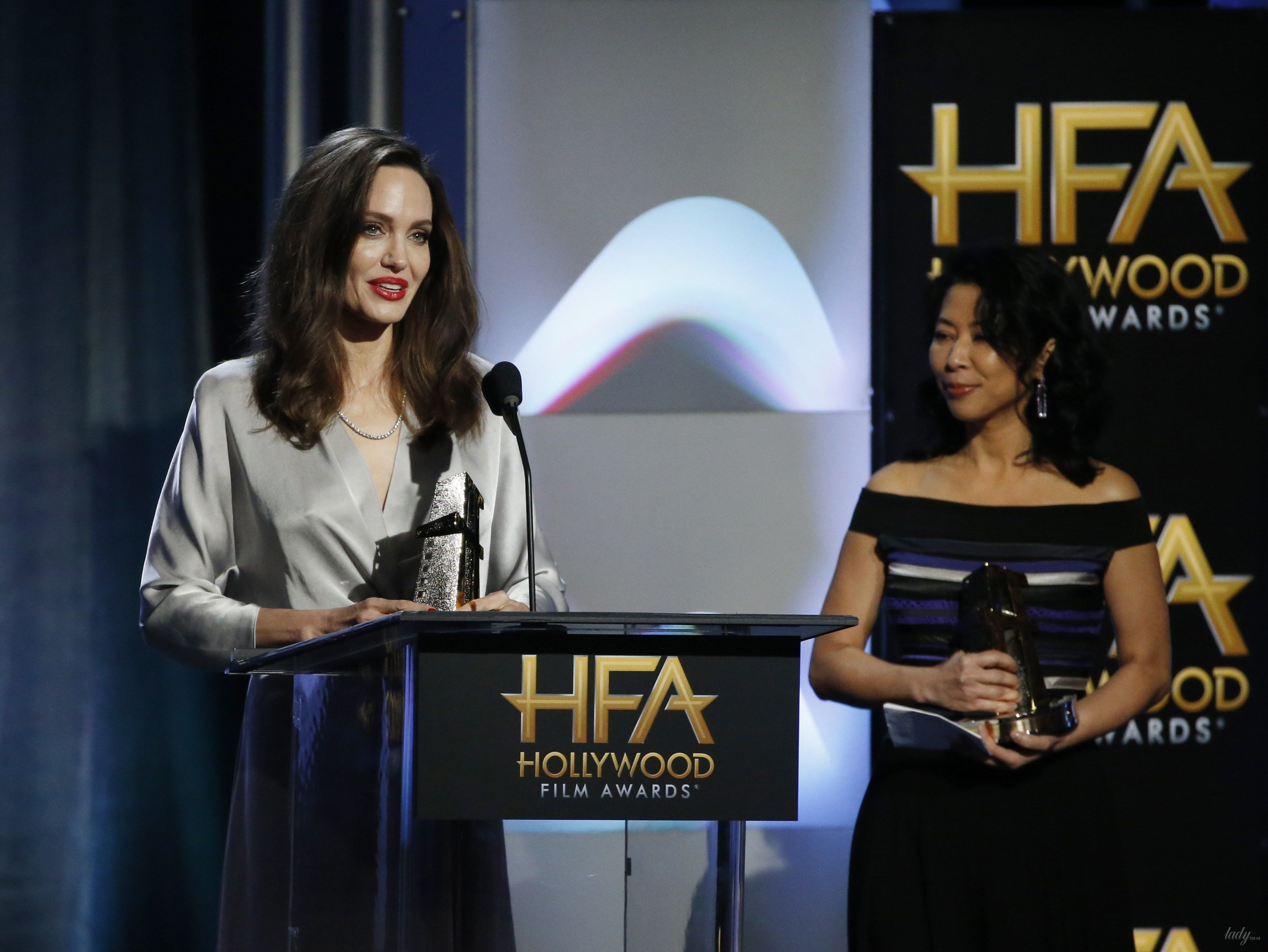 Неожиданно: Кейт Уинслет поцеловалась сЭллисон Дженни наHollywood Film Awards