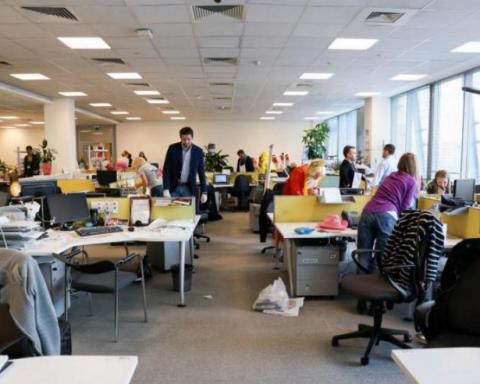 Співробітниця шокувала колег, пройшовшись оголеною по офісу (відео)