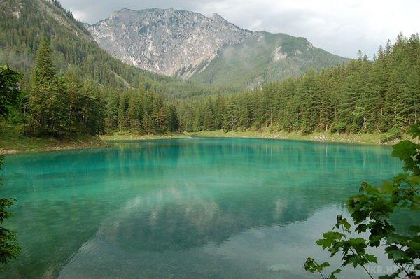 Удивительное «зеленое» озеро поражает с первых секунд (видео)
