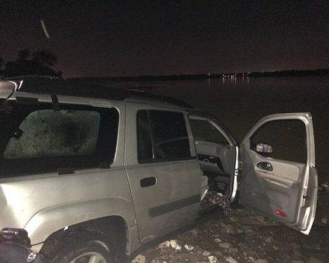 Эпическое видео: пьяный водитель в США «спрятался» от копов в озере