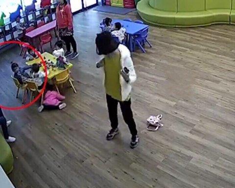 Разъяренные родители избили воспитательницу-садистку и заставили ее просить прощения на коленях (видео)
