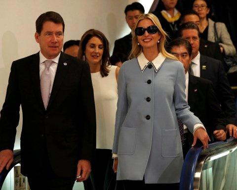 Элегантное пальто и балетки с бантиками: Иванка Трамп покорила стильным видом (фото)
