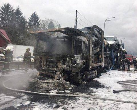 У Рівному автовоз із новими автівками згорів дощенту (фото)