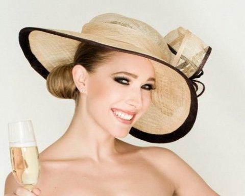 Осадча у новому капелюшку зачаровує прихильників (фото)