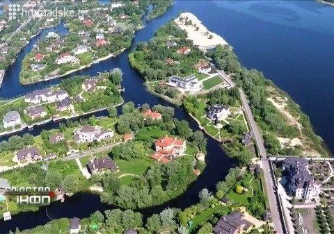 Українцям показали розкішне село депутатів і олігархів (відео)
