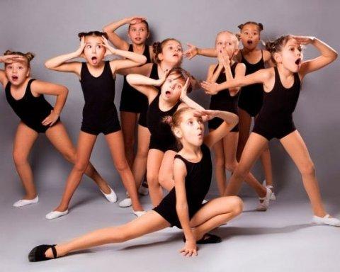 По-звірячому: на уроках хореографії дітям роти заклеювали скотчем