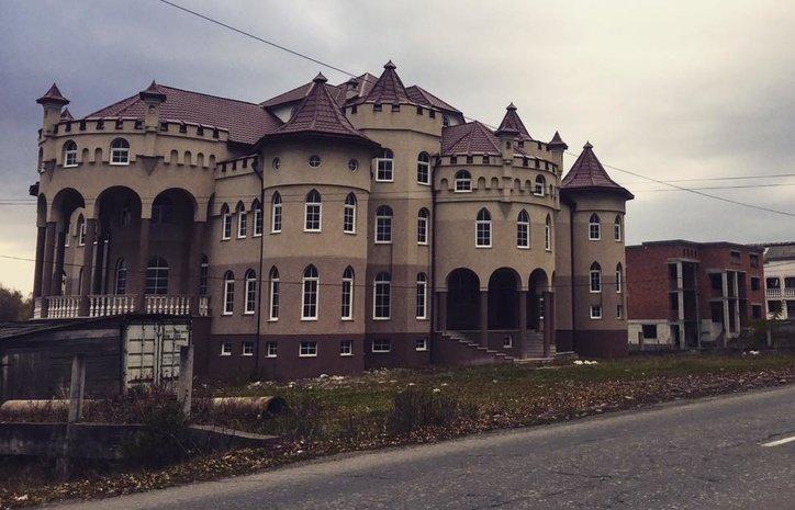 Казкові замки на 60 кімнат: як живе найбагатше українське село (відео)