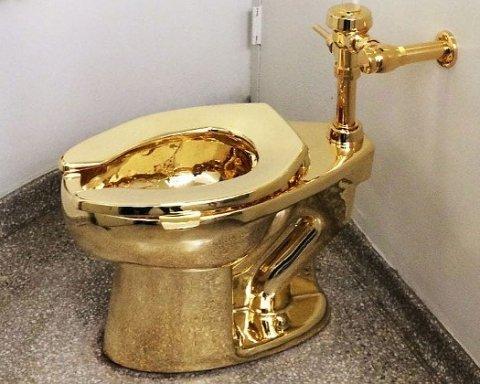 """Справжній """"золотий"""" унітаз знайшли у російського губернатора"""