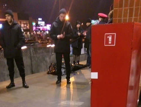 Чоловік несподівано впав на колію метро у Києві