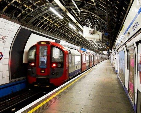 В столичному метро невідомий влаштував різанину: є поранені