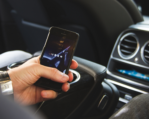 Водій Uber викинув пасажира з авто у Києві