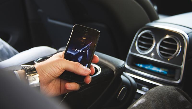 Водитель Uber вышвырнул пассажира из машины в Киеве