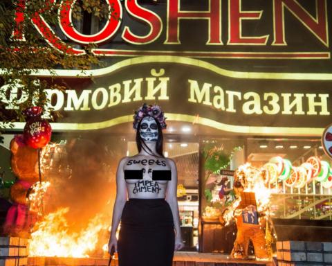 Активистка Femen сожгла двух медведей у «Рошен» (фото)