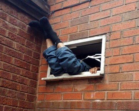 Не помістився: горе-грабіжник на сім годин застряг у вікні піцерії